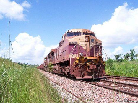 Trem transportando minério de ferro na Estrada de Ferro Carajás (PA)