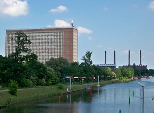 Sede da Volkswagen, em Wolfsburg. Fonte: Por Vanellus Foto - Obra do próprio, CC BY-SA 3.0, https://commons.wikimedia.org/w/index.php?curid=26546707